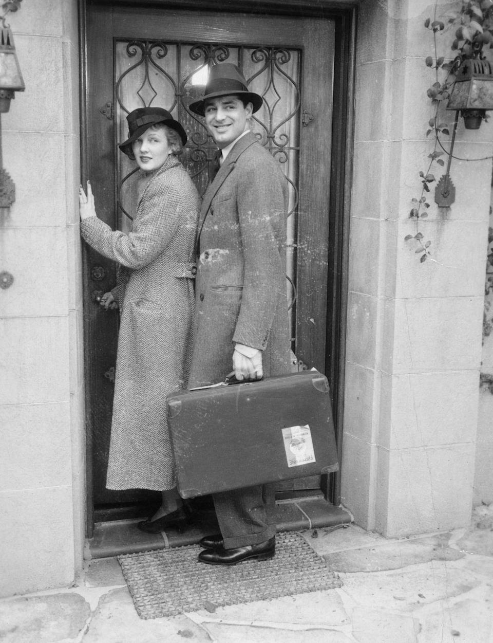 <p>American actors Cary Grant and Virginia Cherrill arrive in Rome for their honeymoon, circa 1934.</p>