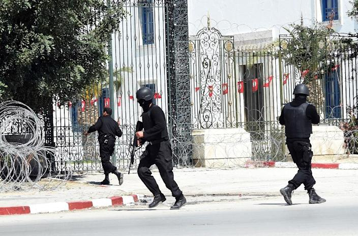 Tunisian security forces secure the area after gunmen attacked the famed Bardo Museum on March 18, 2015 (AFP Photo/Fethi Belaid)