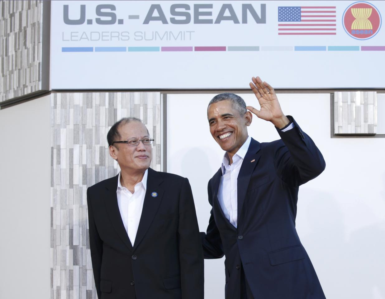 U.S. President Barack Obama welcomes Philippine President Benigno Aquino upon his arrival at Sunnylands for a 10-nation Association of Southeast Asian Nations (ASEAN) summit in Rancho Mirage, California February 15, 2016. Obama is expected to press leaders from Southeast Asia to boost trade and back a common stance on the South China Sea.    REUTERS/Kevin Lamarque