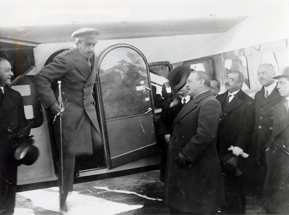 """<span class=""""caption"""">Alfonso XIII en el vuelo inaugural de Iberia.</span> <span class=""""attribution""""><a class=""""link rapid-noclick-resp"""" href=""""http://creativecommons.org/licenses/by-sa/4.0/"""" rel=""""nofollow noopener"""" target=""""_blank"""" data-ylk=""""slk:CC BY-SA"""">CC BY-SA</a></span>"""