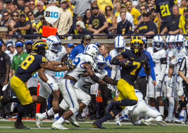 "Michigan wide receiver <a class=""link rapid-noclick-resp"" href=""/nba/players/5383/"" data-ylk=""slk:Tarik Black"">Tarik Black</a> (R) rushes against Air Force in Ann Arbor, Mich., Saturday, Sept. 16, 2017. Michigan won 29-13. (AP Photo/Tony Ding)"