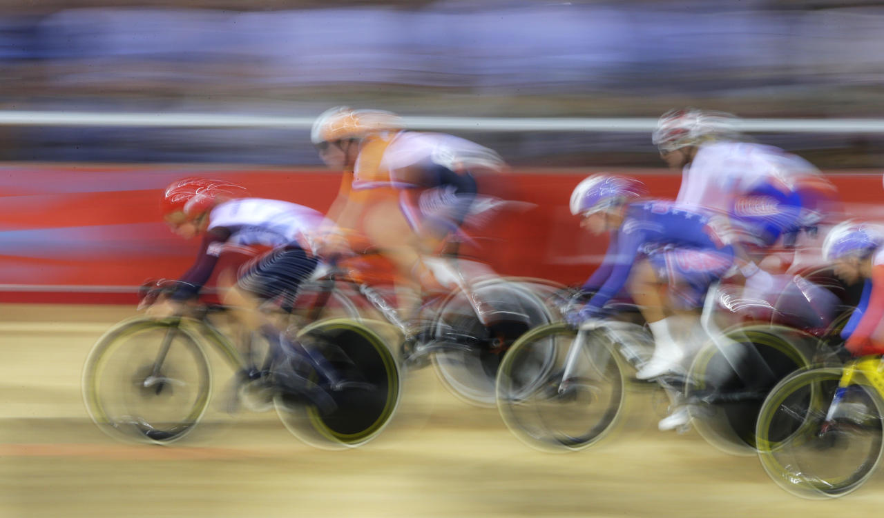 Britain's Laura Trott leads the track cycling women's omnium 10km scratch race at the Velodrome during the London 2012 Olympic Games August 7, 2012.       REUTERS/Cathal McNaughton (BRITAIN  - Tags: SPORT CYCLING OLYMPICS)