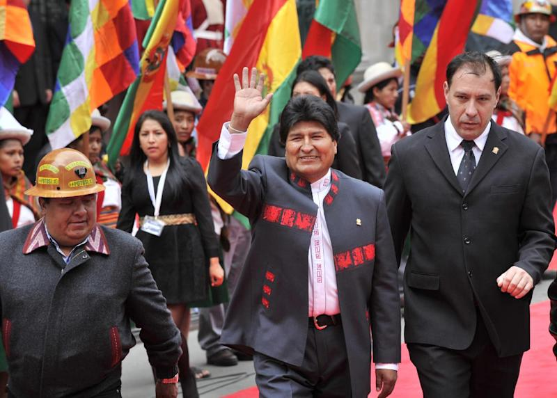 Bolivia's President Evo Morales (C) waves as he heads to the National Congress to be sworn in for a third mandate, in La Paz, on January 22, 2015 (AFP Photo/Aizar Raldes)