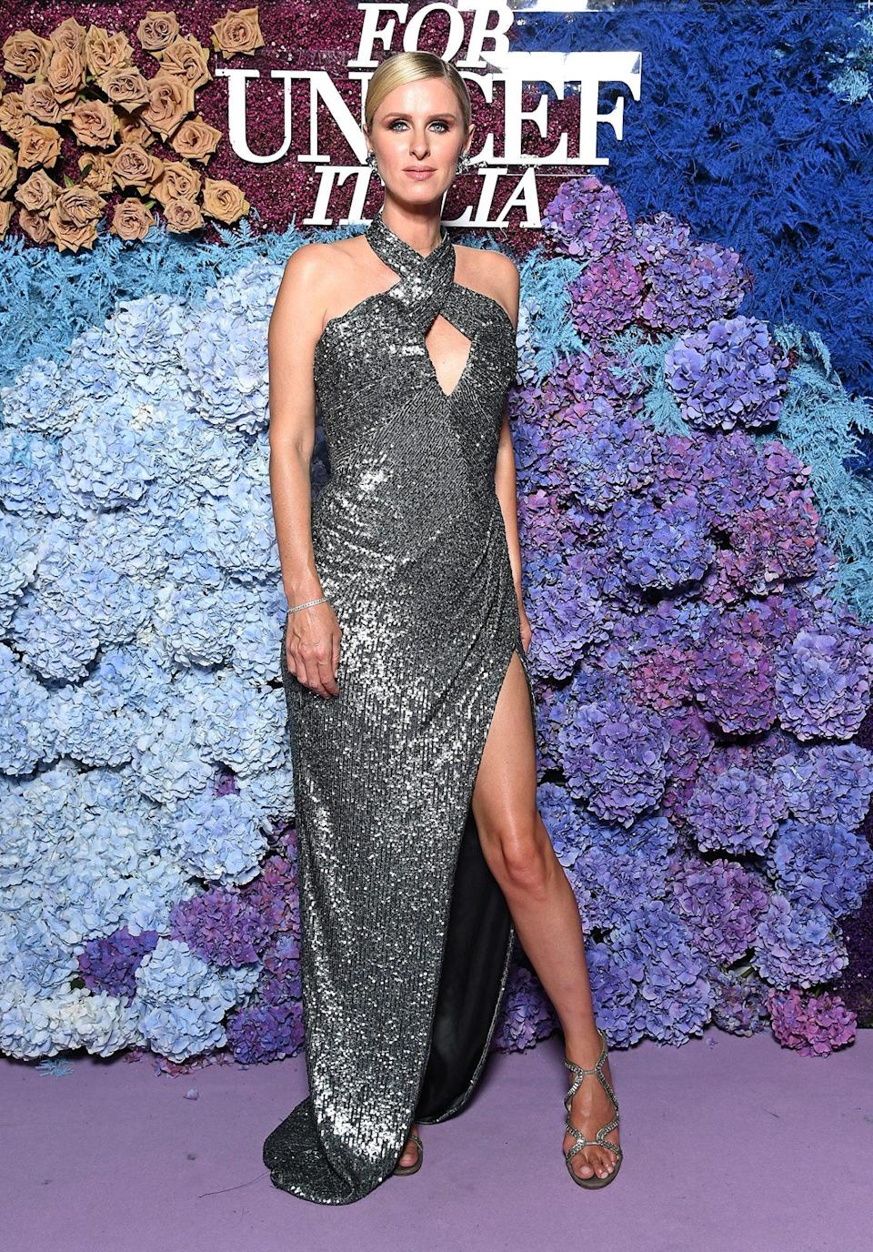 <p>shines in a metallic gunmetal halter gown with keyhole neckline, plus matching silver heels.</p>