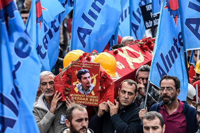 People carry the coffin of Serdar Ben, a victim of the twin bombings in Ankara, during his funeral in Istanbul on October 15, 2015 (AFP Photo/Ozan Kose)