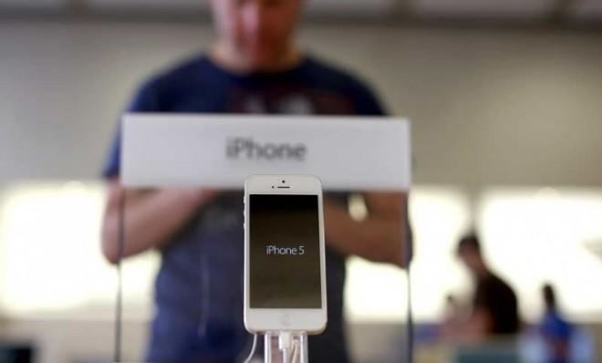 Apple beat out its smartphone rivals in the fourth quarter.