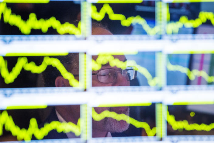 A trader looks up at charts on his screen just before the end of trading for the day on the floor of the New York Stock Exchange, November 18, 2013.  REUTERS/Lucas Jackson   (UNITED STATES - Tags: BUSINESS)