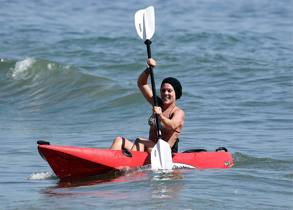 "Pink gets a workout while kayaking in Malibu. AlphaX/<a href=""http://www.x17online.com"" target=""new"">X17 Online</a> - May 15, 2008"