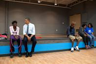 Le président des États-Unis, Barack Obama, échangeant avec des enfants lors de sa visite du 14 juin 2012 au Boys and Girls Club de Cleveland, sur Broadway Avenue, à Cleveland, dans l'État de l'Ohio. (Photo de Pete Souza/The White House via Getty Images) <br>
