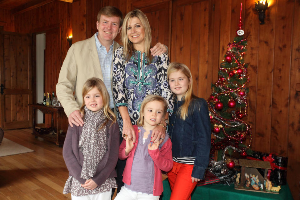 VILLA LA ANGOSTURA, ARGENTINA - DECEMBER 23:  Prince Willem Alexander of Netherlands and Princess Maxima of Netherlands pose with their daughters Princess Alexia of Netherlands, Princess Catharina-Amalia of Netherlands and Princess Ariane of Netherlands pose as the Dutch Royal family celebrate Christmas on December 23, 2012 in Villa la Angostura, Argentina. (Photo by Joaquin Salguero/Getty Images)