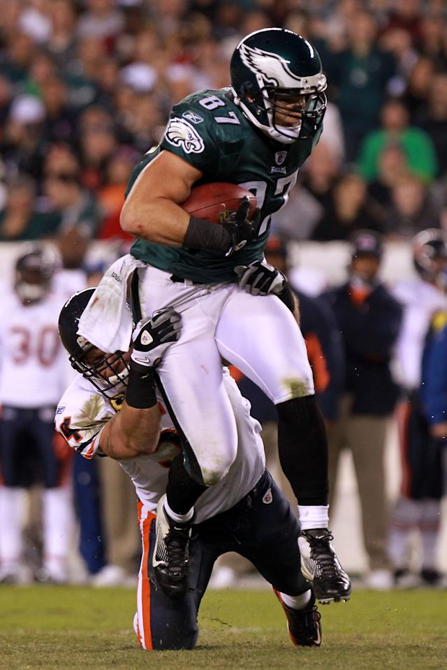 PHILADELPHIA, PA - NOVEMBER 07:   Brent Celek #87 of the Philadelphia Eagles is tackled by  Brian Urlacher #54 of the Chicago Bears during the second quarter of the game at Lincoln Financial Field on November 7, 2011 in Philadelphia, Pennsylvania.  (Photo by Nick Laham/Getty Images)