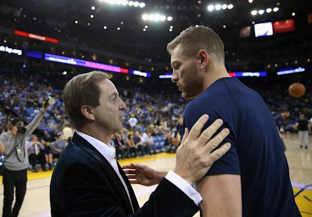 Joe Lacob speaks with David Lee, the first major free agent to join the Warriors during his tenure. (Ezra Shaw/Getty Images)