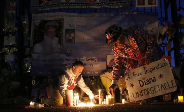 <p>Tributes, candles and flowers are laid by royal fans for the late Diana, Princess of Wales, outside Kensington Palace in London, Aug. 31, 2017. (Photo: Alastair Grant/AP </p>