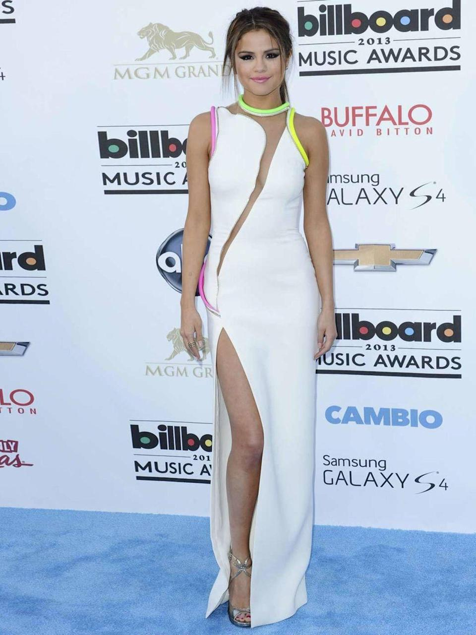 <p>Selena Gomez attends the Billboard Music Awards wearing a Atelier Versace dress with a thigh high slit, Mat 2013.</p>