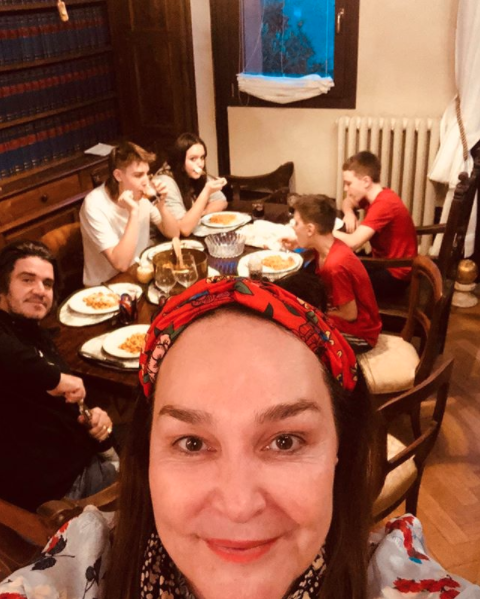 Kate Langebroek adn her family in Bologna at the dinner table