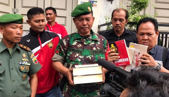 Indonesian officials raiding a book store and seizing what they say were communism-related books in Padang, West Sumatra province earlier this year (AFP Photo/TANHAR)