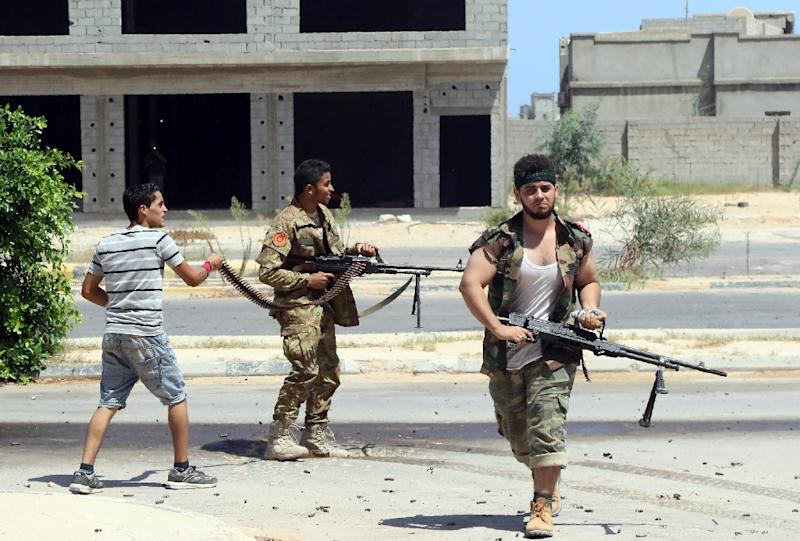 Forces loyal to Libya's UN-backed Government of National Accord fire towards Islamic State fighters' positions in Sirte on August 14, 2016 (AFP Photo/Mahmud Turkia)