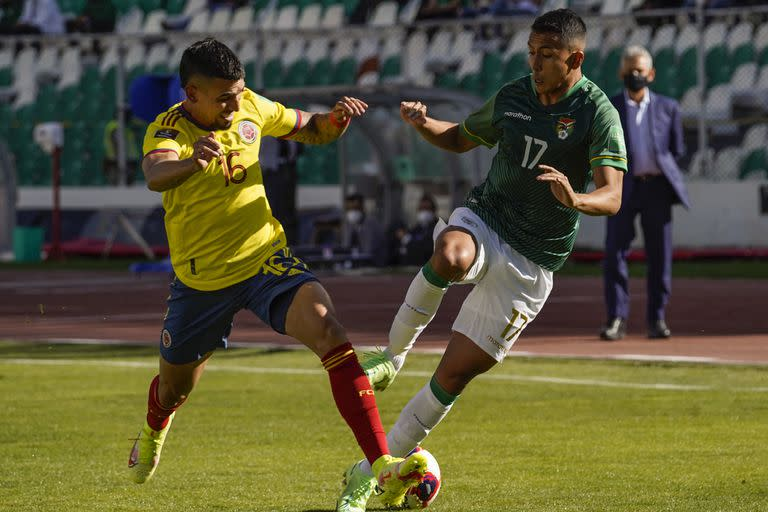 Colombia's Daniel Munoz (L) and Bolivia's Roberto Carlos Fernandez vie for the ball during their South American qualification football match for the FIFA World Cup Qatar 2022 at the Hernando Siles Olympic Stadium in La Paz on September 2, 2021. (Photo by Javier MAMANI / POOL / AFP)