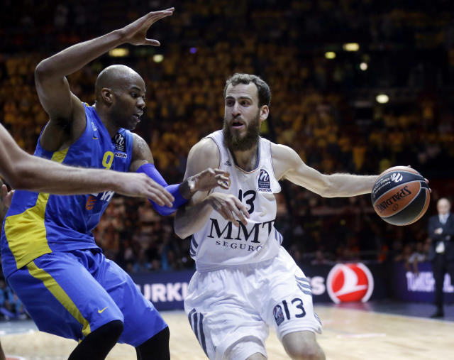 Real Madrids Sergio Rodriguez, right, challenges for the ball with Maccabi Tel Avivs Alex Tyus during the Euroleague Final Four final match between Real Madrid and Maccabi of Tel Aviv, in Milan, Italy, Sunday, May 18, 2014. (AP Photo/Luca Bruno)