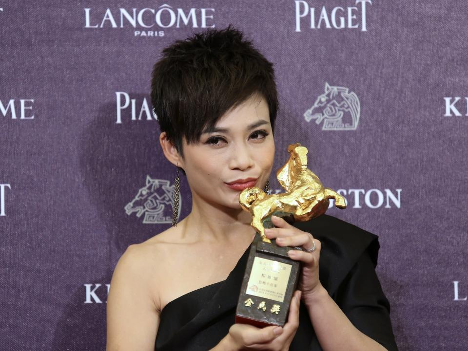 """Malaysian actress Yeo Yann Yann celebrates winning the Best Supporting Actress for """"Ilo Ilo"""" at the 50th Golden Horse Film Awards in Taipei November 23, 2013. REUTERS/Patrick Lin (TAIWAN - Tags: ENTERTAINMENT)"""