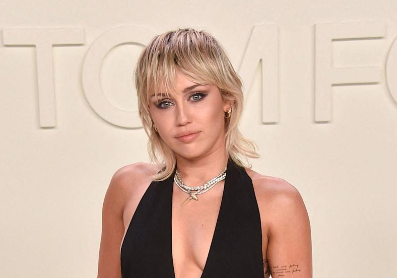Miley Cyrus passe à la frange courte en plein confinement