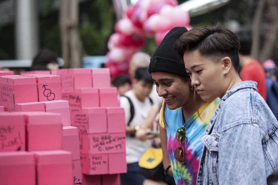 SINGAPORE, SINGAPORE - JUNE 29: People look at the message of hope board during the Pink Dot event held at the Speaker's Corner in Hong Lim Park on June 29, 2019 in Singapore. (Photo by Ore Huiying/Getty Images)