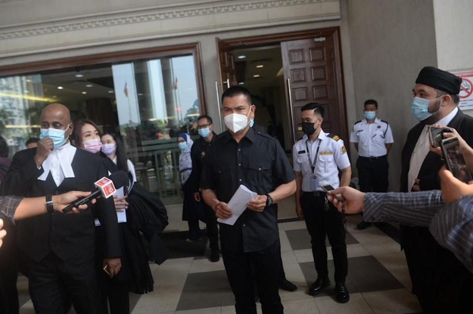 Datuk Seri Jamal Yunos read out an apology to DAP lawmaker Yeo Bee Yin in public at the Kuala Lumpur High Court earlier today. — Picture via Facebook