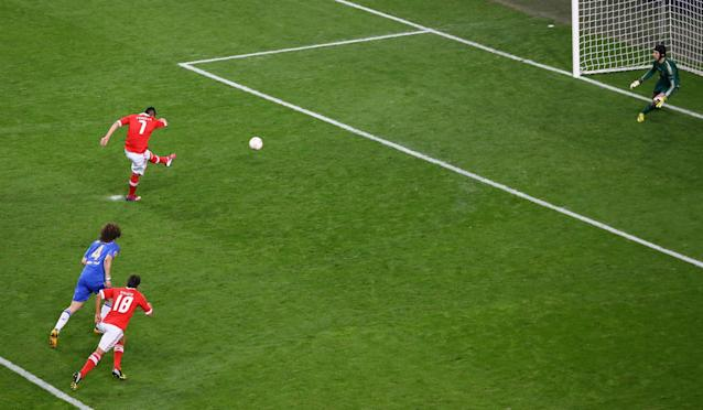 AMSTERDAM, NETHERLANDS - MAY 15: Oscar Cardozo of Benfica scores their first goal from the penalty spot during the UEFA Europa League Final between SL Benfica and Chelsea FC at Amsterdam Arena on May 15, 2013 in Amsterdam, Netherlands. (Photo by Christof Koepsel/Getty Images)