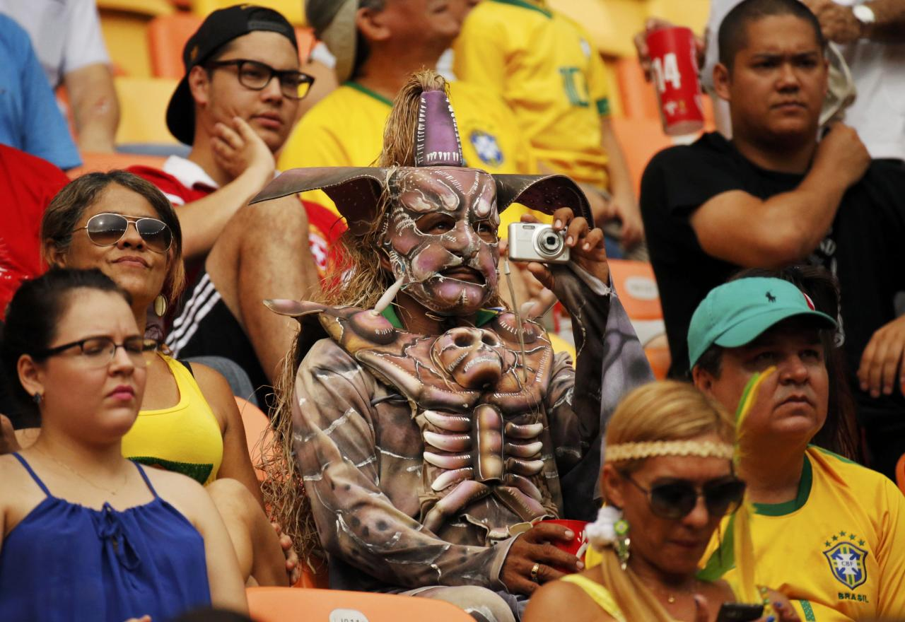 Soccer fans attend the 2014 World Cup Group E soccer match between Honduras and Switzerland at the Amazonia arena in Manaus June 25, 2014. REUTERS/Siphiwe Sibeko (BRAZIL - Tags: SOCCER SPORT WORLD CUP)