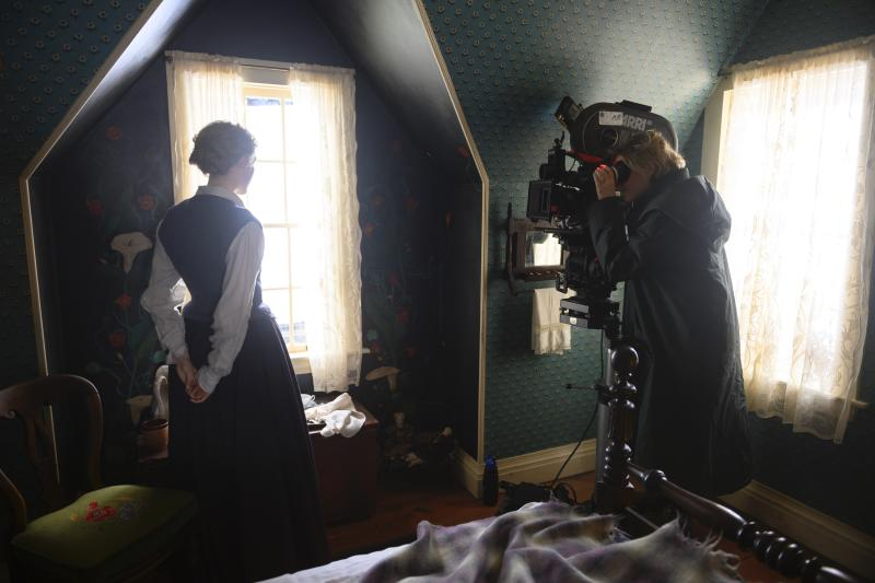 Greta Gerwig directing Saorise Ronan on the set of 'Little Women' (Photo: Wilson Webb/Sony Pictures)