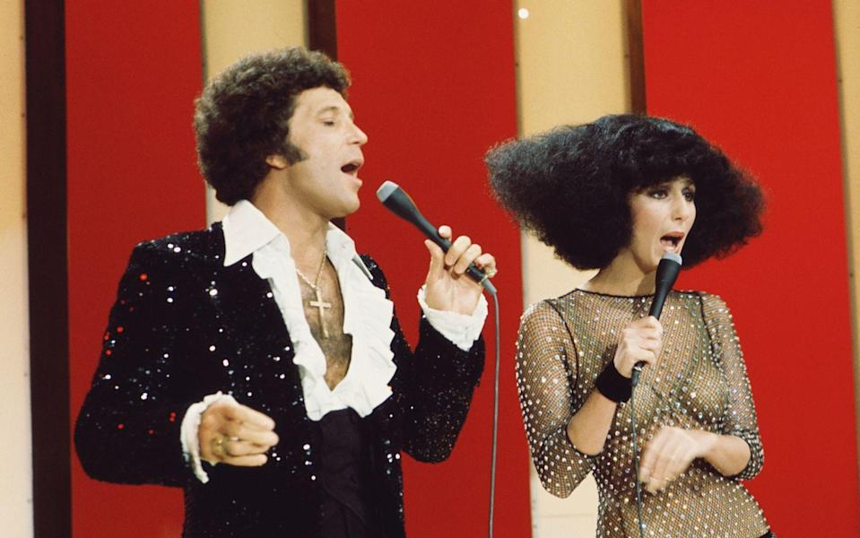 "Und auch hier wollte man einen Tom Jones unbedingt dabei haben: 1976 sang der ""Tiger"" gemeinsam mit Cher in der ""Sonny & Cher Show"". (Bild: CBS Photo Archive/Getty Images)"