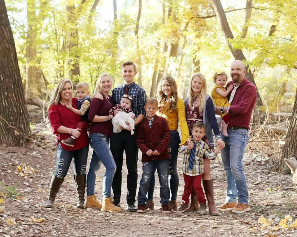 Parents Lindsay and Kyle Hartsock pictured with their nine children. (Photo: The Hartsocks' Photography)