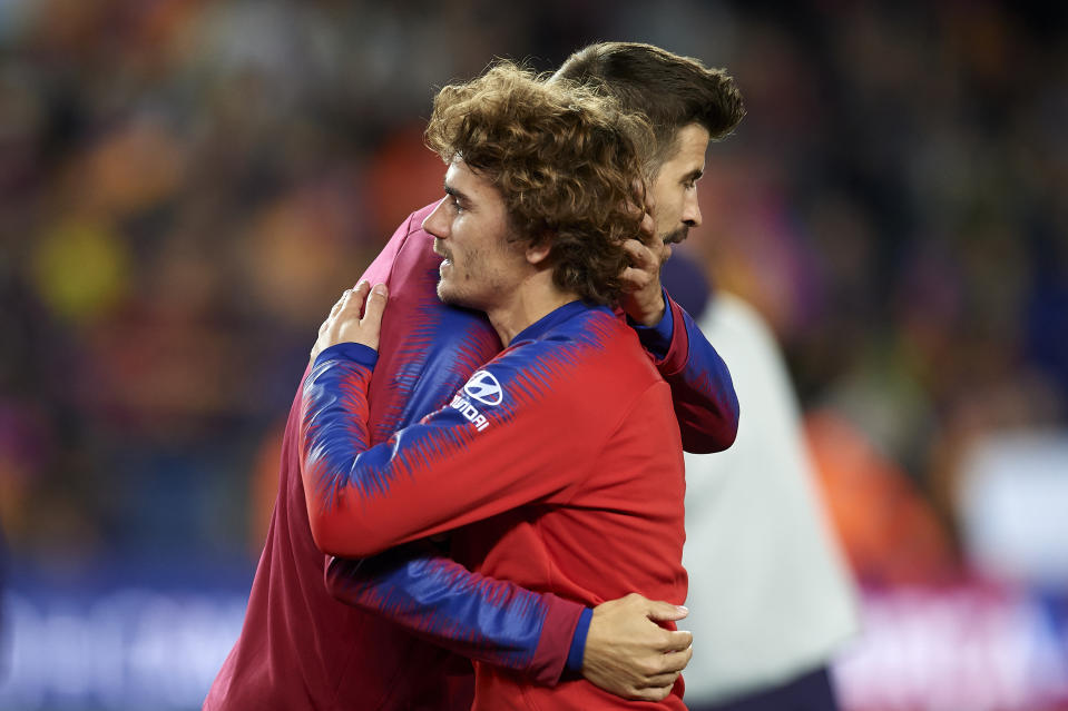 Gerard Pique of Barcelona greets Antoine Griezmann of Atletico Madrid during the La Liga match between FC Barcelona and  Club Atletico de Madrid at Camp Nou on April 6, 2019 in Barcelona, Spain. (Photo by Jose Breton/NurPhoto via Getty Images)