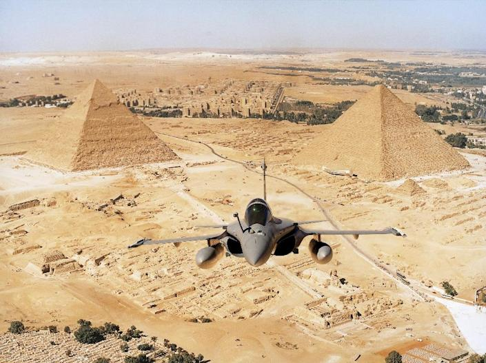 A Rafale fighter jet, manufactured by Dassault Aviation, flies over the desert in Egypt on December 23, 2014 (AFP Photo/F.ROBINEAU)
