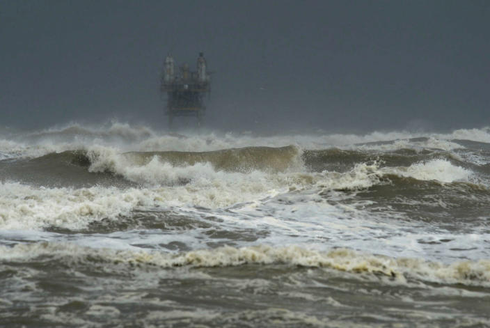 <p>Larger than usual waves come ashore at Crystal Beach as Hurricane Harvey approaches Texas on Friday, Aug. 25, 2017 in Crystal Beach, Texas. (Photo: Guiseppe Barranco/The Beaumont Enterprise via AP) </p>