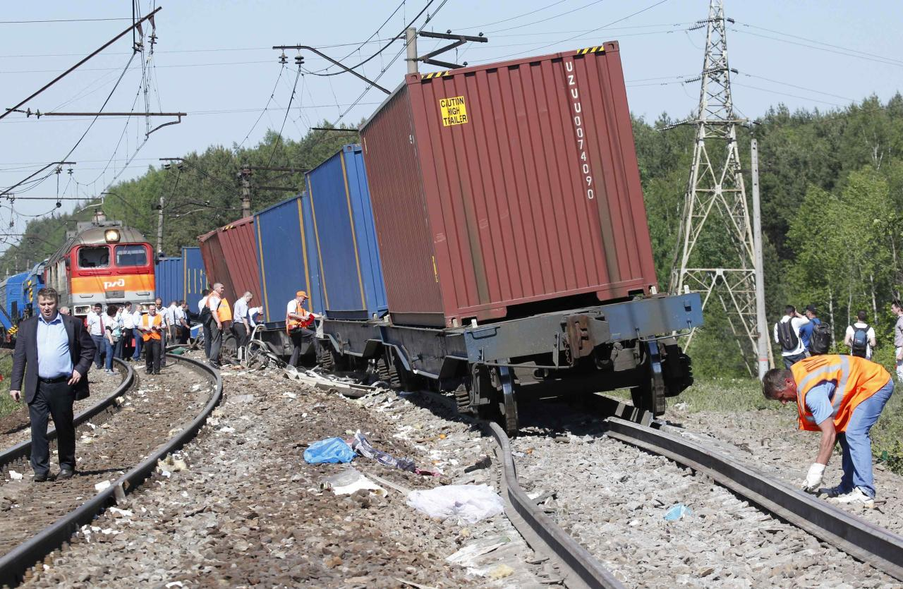 Repair services and Russian Railways employees and investigators gather near the site of a train collision in Moscow region May 20, 2014. A passenger train on its way to Moldova collided with a freight train near Moscow on Tuesday, killing at least four people and injuring 15, a spokeswoman for Russia's Emergencies Ministry said. The reason for the collision, near the town of Naro-Fominsk 55 km (34 miles) southwest of Moscow, was not immediately clear. REUTERS/Grigory Dukor (RUSSIA - Tags: DISASTER TRANSPORT)