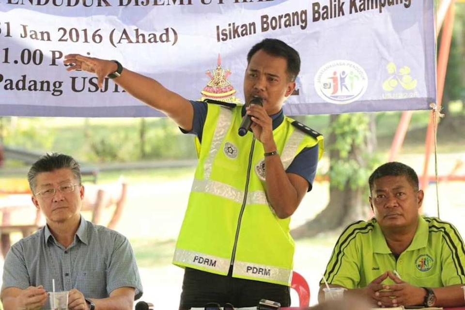 Jasni briefing USJ residents on break-in cases and precautioinary measures during a January 2016 dialogue session on safety issues. ― Picture courtesy of USJ residents