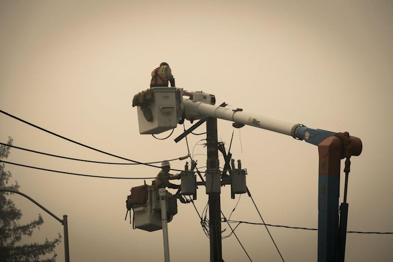 PG&E begins restoring power to customers
