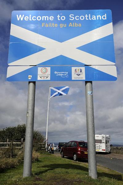 A view of the 'Welcome To Scotland' sign in Gretna at the border between Scotland and England, taken on August 17, 2014 (AFP Photo/Andy Buchanan)
