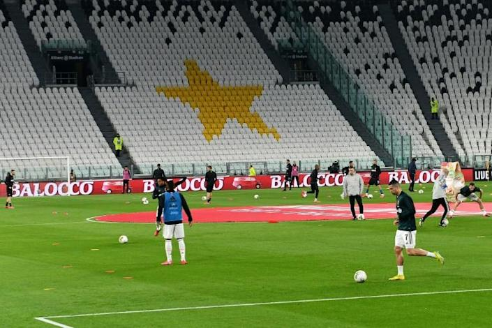 Juventus star Cristiano Ronaldo (R) prepared to face Inter Milan at an empty stadium in Turin with Serie A action all taking place behind closed doors -- amid a call from the sports minister to postpone matches altogether (AFP Photo/Vincenzo PINTO )