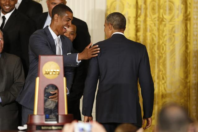 UConn men's basketball head coach Kevin Ollie (L) pats U.S. President Barack Obama (R) on the shoulder after a ceremony honoring the NCAA champion University of Connecticut Huskies men's and women's basketball teams in the East Room of the White House in Washington, June 9, 2014. REUTERS/Jim Bourg (UNITED STATES - Tags: POLITICS SPORT BASKETBALL)