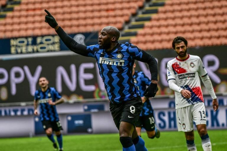 Romelu Lukaku scored his 50th goal for Inter Milan before going off with a thigh injury