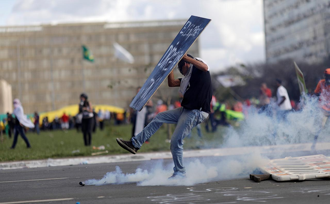 <p>A demonstrator clashes with riot police officers during a protest against President Michel Temer and the latest corruption scandal to hit the country, in Brasilia, Brazil, May 24, 2017. (Photo: Ueslei Marcelino/Reuters) </p>