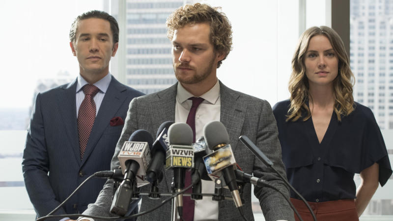 "Tom Pelphrey (v.l.), Finn Jones und Jessica Stroup in ""Marvel's Iron Fist"""