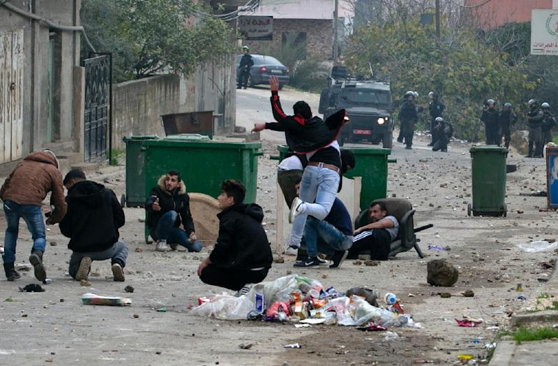 Palestinian youths clash with Israeli forces in the village of Yamoun in the West Bank on February 6, 2018 following an operation by the Israeli army (AFP Photo/JAAFAR ASHTIYEH)