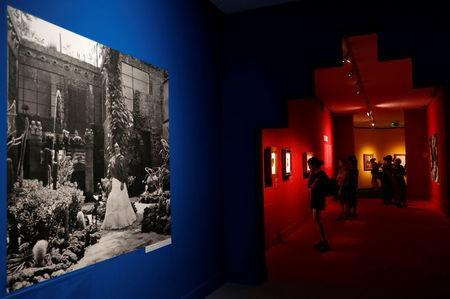 "Visitors attend the ""Frida Kahlo: Masterpieces from the Museo Dolores Olmedo, Mexico City"" exhibition at the Hungarian National Gallery in Budapest, Hungary, August 2, 2018. Picture taken August 2, 2018. REUTERS/Bernadett Szabo"