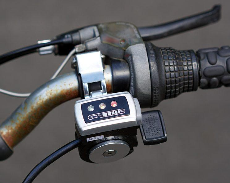 Here's the handlebar throttle—the only way to get a boost from the GeoOrbital.