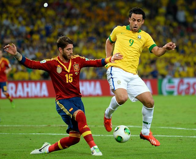RIO DE JANEIRO, BRAZIL - JUNE 30: Sergio Ramos of Spain competes with Fred of Brazil during the FIFA Confederations Cup Brazil 2013 Final match between Brazil and Spain at Maracana on June 30, 2013 in Rio de Janeiro, Brazil. (Photo by Laurence Griffiths/Getty Images)