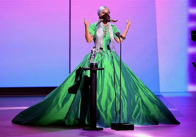 Den Preis für den besten Song des Jahres nahm Lady Gaga in einem giftgrünen Ballkleid samt gehornter Maske entgegen (Bild: Kevin Winter/MTV VMAs 2020/Getty Images for MTV)