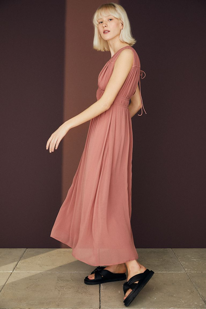 """<h3><strong>H&M</strong></h3><br><strong>Price Range:</strong> $35 - $199<br><strong>Size Range:</strong> 0 - 26 (limited styles)<br><br>You might not think of H&M as a go-to bridesmaid dress resource, but the retailer does have a <a href=""""https://www2.hm.com/en_us/women/occasion/wedding-outfits.html"""" rel=""""nofollow noopener"""" target=""""_blank"""" data-ylk=""""slk:wedding-outfits"""" class=""""link rapid-noclick-resp"""">wedding-outfits</a> landing page. If you watch the space carefully, you and your crew could nab a style for under $100. The newest collection includes lace frocks in several styles and colors that'd be perfect for fall nuptials.<br><br><em>Shop <strong><a href=""""https://www2.hm.com/en_us/women/occasion/wedding-outfits.html"""" rel=""""nofollow noopener"""" target=""""_blank"""" data-ylk=""""slk:H&M"""" class=""""link rapid-noclick-resp"""">H&M</a></strong></em><br><br><strong>H&M</strong> V-Neck Dress, $, available at <a href=""""https://go.skimresources.com/?id=30283X879131&url=https%3A%2F%2Fwww2.hm.com%2Fen_us%2Fproductpage.0962638002.html"""" rel=""""nofollow noopener"""" target=""""_blank"""" data-ylk=""""slk:H&M"""" class=""""link rapid-noclick-resp"""">H&M</a>"""